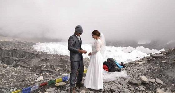 زوجان يتسلقان أعلى قمة في العالم لجعل زفافهما أسطوري