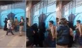 بالفيديو.. لحظات اعتداء الحوثيون على معلمات مدرسة بصنعاء