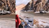بالفيديو.. إنزلاق السيارات إثر تساقط الثلوج على جبل اللوز