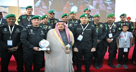 بالصور.. أمير الرياض يكرم الطيران الأمني في الحرس الملكي
