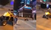 """بالفيديو.. انقلاب شاب بـ """" دباب """" أثناء التفحيط به في أحد ممرات المشاة"""