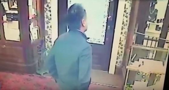 بالفيديو.. عمال يلقنون لص حاول اقتحام محلهم درسا قاسيا
