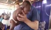 بالفيديو.. طريقة مذهلة لتهدئة رضيع يبكي بشدة
