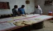 بالصور.. لجنة رقابية تضبط عمالة أفريقية مخالفة تصنع اللحوح بالعارضة