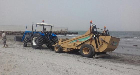 بالصور.. جهاز متطور بأمانة جازان لتنظيف الشواطئ صحيًا