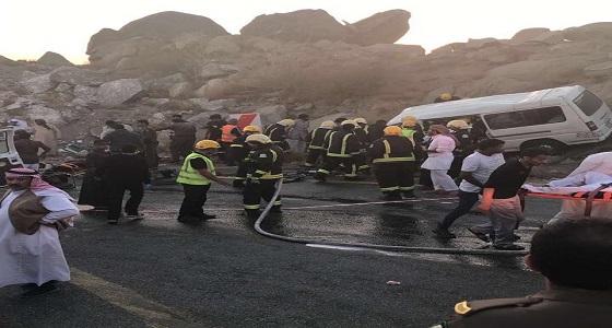 بالفيديو والصور.. مصرع وإصابة 15 في حادث انقلاب مركبه في الباحة