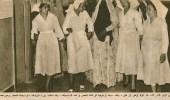 صورة قديمة لممرضات الحجاز يرحبن بسيدة مقبلة على الفحص