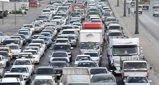 اصطدام شاحنة يؤدي لزحام مروري بالكيلو 8