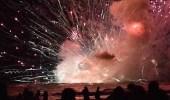 بالفيديو.. انفجار مروع لقارب محمل بالألعاب النارية
