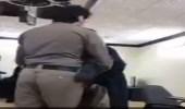 بالفيديو.. رجل أمن يخلع معطفه ويعطيه لمسن أحس بالبرد