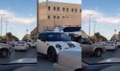 بالفيديو.. أستاذ جامعي ينظم حركة السيارات في دوار بالدرعية