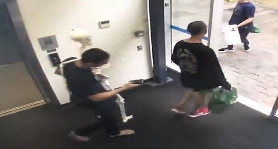 بالفيديو.. 3 لصوص يسرقون هيكل عظمي من معرض مكتبة
