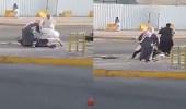 بالفيديو.. مضاربة عنيفة بين شيبان وسط شارع عام