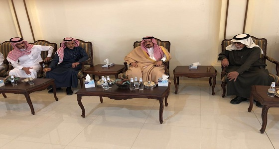 بالصور.. أمير الرياض يعزي محافظ الخرج في وفاة والده