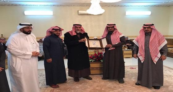 """بالصور.. شيخ قبائل العرجان يكرم المتبرع """" غنيم """" بكليته بحضور المركز السعودي ومبادرة """" إحياء """""""