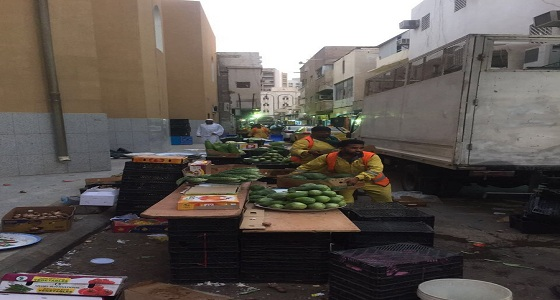 بالصور.. مصادرة البضائع المخالفة وإزالة مخلفاتها عن الطرقات في الرياض