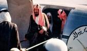 """صور نادرة للملك """" عبد العزيز """" وهو يستقل أول طائرة مدنية تحلق بالمملكة"""