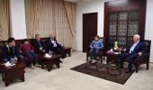 عباس يستقبل أسرة عهد التميمي بمقر الرئاسة..ويشيد بشاجعتها
