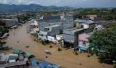 بالصور.. غرق مئات البيوت وتشريد المواطنين بسبب الفيضانات في إندونيسيا