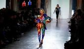 بالصور .. فيرساتشي تتألق بعروض أزياء التسعينيات لشتاء 2018