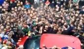 بالصور.. مشجعون يسحقون سيارة متوقفة في طريقهم