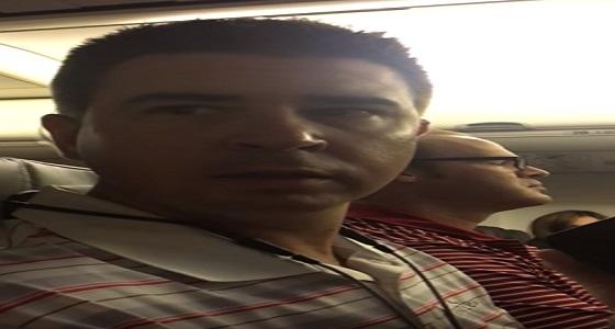 بالفيديو.. رد فعل صادم لرجل تلقى خبر حمل زوجته على متن طائرة