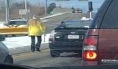 بالفيديو.. رجل يتعدى بوحشية على سيدة في الطريق العام