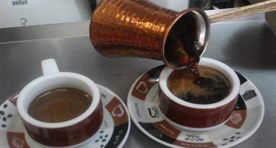 """ثلاثيني ينافس المقاهي ويقدم قهوة بنكهة """" الشيشة """""""