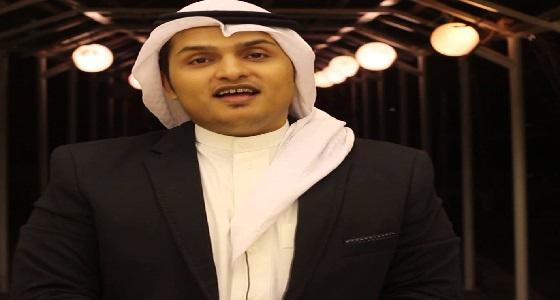 بالفيديو| إعلامي يحلق شاربه بعد هزيمة الشباب أمام الهلال