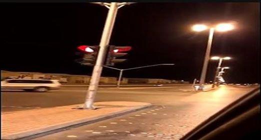 مواطن يرصد إشارة مرورية في وضع غريب بعكاظ
