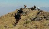 بالفيديو.. مدفعية الجيش اليمني تدمر طقم للمليشيا الحوثي شرق تعز