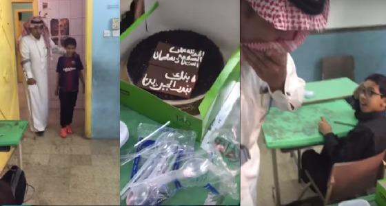 بالفيديو..معلم يبكي متأثرًا باستقبال الطلاب له