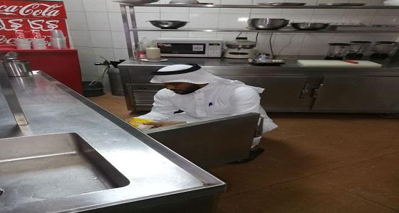 إيقاف العمالة وإتلاف مواد غذائية في أحد مطاعم شرق الدمام