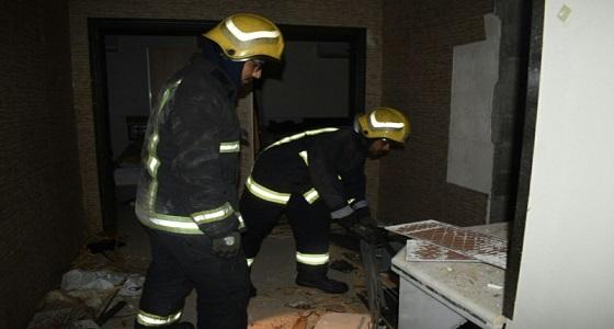 """بالصور.. مدني """" بريدة """" يباشرون حادث انفجار مياه داخل شقة"""