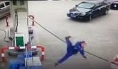 بالفيديو.. تأخر عاملة كاد يتسبب في كارثة بمحطة وقود