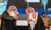 أمير الرياض يكرم الدوسري خلال افتتاح ملتقى المرصد الحضري