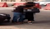 فيديو لفتاة تحتضن شاب وسط شارع عام.. ومغردون يكشفون حقيقته