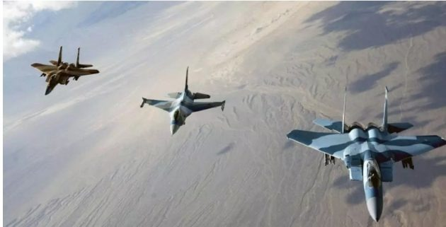 """طيران التحالف الدولي يقصف مواقع تابعة لـ """" داعش """" في دير الزور بسوريا"""