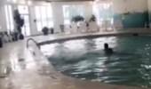 بالفيديو.. رد فعل صادم لشاب غرق صديقه أمامه بحمام السباحة