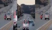 """بالفيديو.. """" حركات بهلوانية """" لسيارة تسفر عن انقلاب أخرى"""