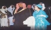 صورة نادرة لخادم الحرمين الشريفين أثناء استقبال ملكة بريطانيا