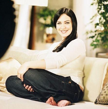 ابتسامة مشرقة لسلاف فواخرجي على الأريكة
