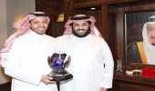 آل الشيخ يطلع على إنجازات ياسر بن سعيدان في رياضة السيارات