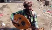 بالفيديو.. يمني يحارب الحوثيين بالعود والغناء