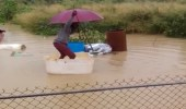 بالفيديو.. رد فعل صادم لعائلة سقط ابنها في مياه السيول