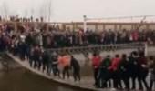 بالفيديو.. نهاية صادمة لسائحين يتأرجحون على جسر مشاة