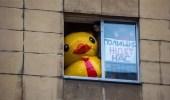 بطة بلاستيكية تتسبب في اعتقال معارض روسي