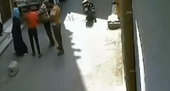 بالفيديو.. فتاة مصرية تنهال ضربًا على شاب تحرش بها