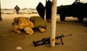 """صورة نادرة لجنديين سعوديين يؤديان الصلاة أثناء """" حرب الخليج """""""