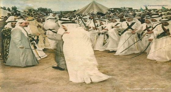 صورة نادرة للملك فيصل يؤدي العرضة مع الأمراء